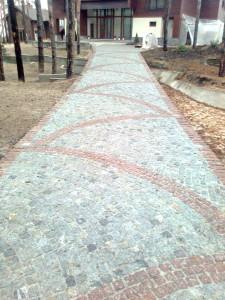 Дорога к дому из брусчатки