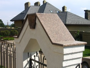 Накрывная крышка из гранита на воротах